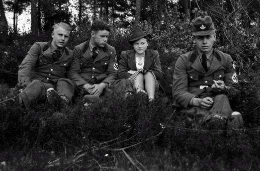 Auf der Wiese mit Soldaten