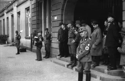 Soldaten am Eingang des Hauses