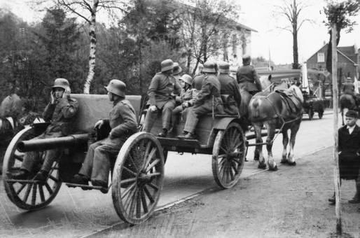 Soldaten mit Geschützwagen