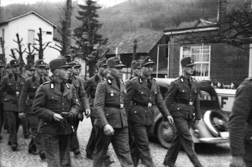 Wehrmachtssoldaten bei Parade