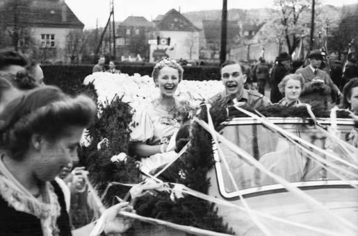 Brautpaar im Wagen