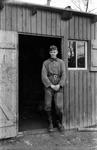 Wehrmachtssoldat bei der Hütte