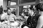Kaffeegesellschaft mit Soldat