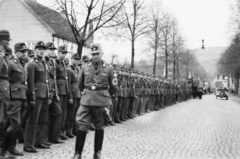baum, haus, rad, Reichsarbeitsdienst, Reichsarbeitsführer, Reihe, straße, Uniform, Wehrmacht, wehrmachtssoldat, zweiter weltkrieg