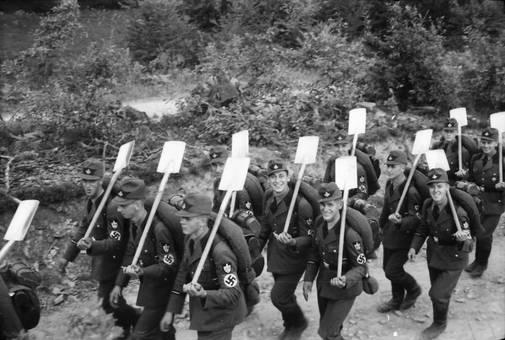 Reichsarbeitsdienst mit Spaten