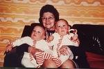 Oma mit Zwillingen