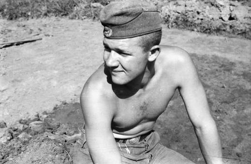 Oberkörperfreier Soldat
