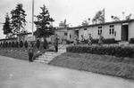 Soldaten vor einem Gebäude