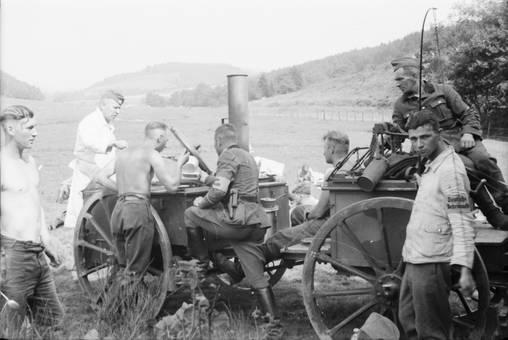 Soldaten mit Proviantwagen