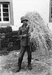 Wehrmachtssoldat mit Stroh