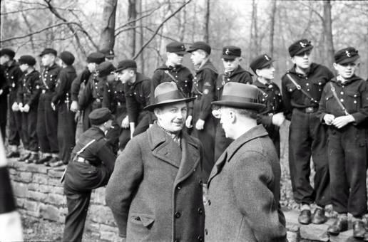 Hitlerjugend auf der Mauer