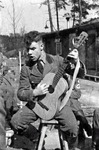 Gitarre spielender Soldat