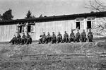 Wehrmachtssoldaten auf Hockern
