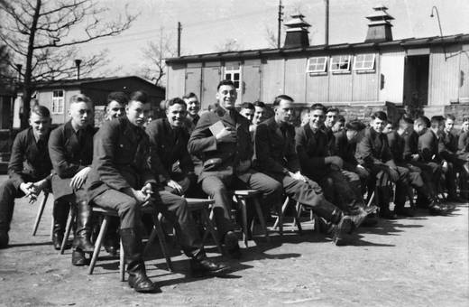 Soldaten auf Hockern