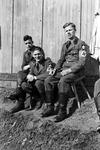 Drei Soldaten vor einer Wand