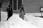 Zwei Frauen schippen Schnee