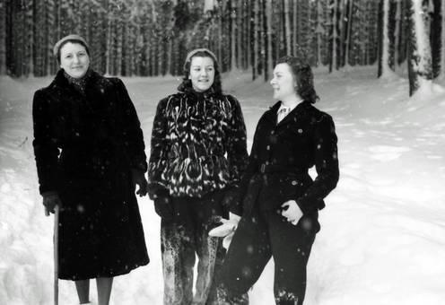 Drei Frauen vor dem Wald