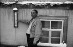 Mann zeigt auf Thermometer