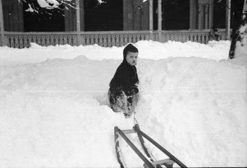Kind im Schnee mit Schlitten