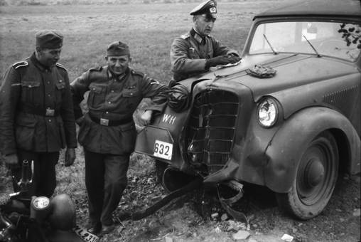 Soldaten am kaputten Auto