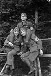 Wehrmachtssoldaten am Geländer