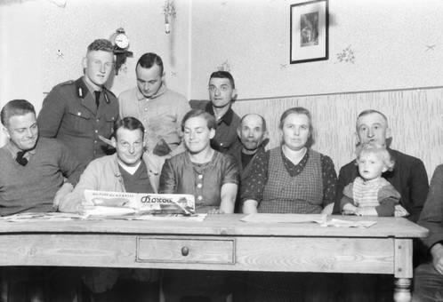 Am Tisch mit einem Soldaten