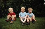 Drei Kinder auf der Wiese