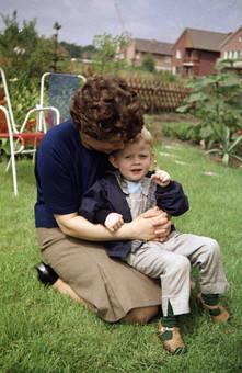 Frau mit Kind im Garten