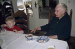 Mit dem Enkel am Tisch
