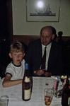 Mann mit Kind am Tisch