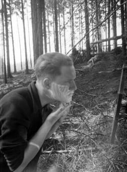 Rasieren im Wald