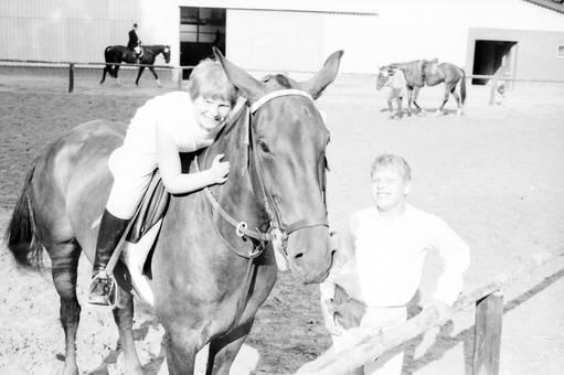 Zwei Kinder mit Pferd