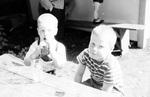 Zwei Kinder am Tisch