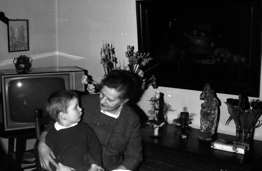 Frau und Kind vor Fernseher