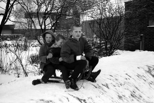Drei Kinder auf dem Schlitten