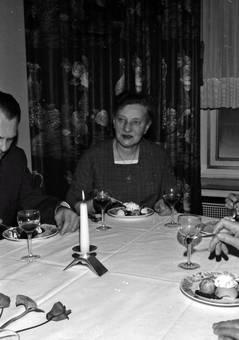 Essen und Trinken am Tisch