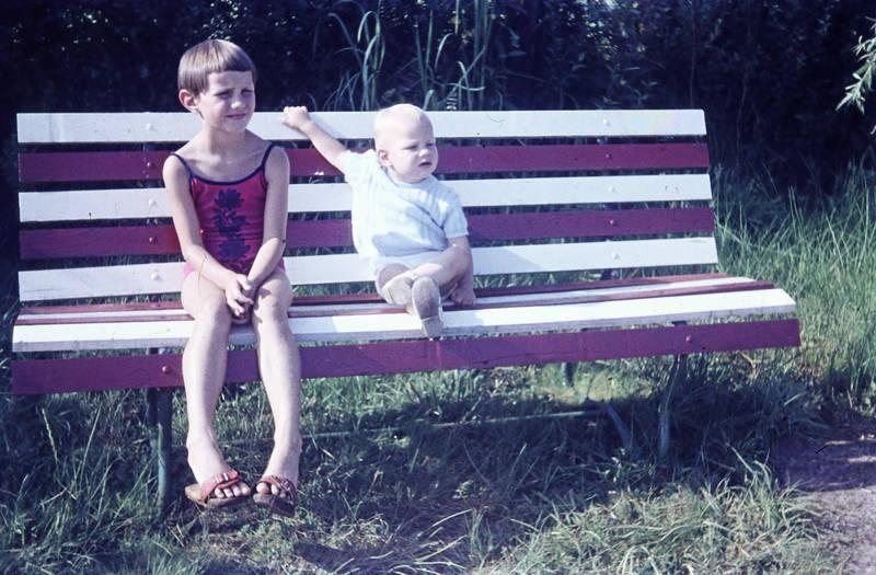 badeanzug, Bank, Geschwister, Holzklepper, Kindheit