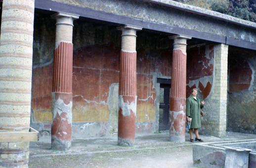 Neben den Säulen