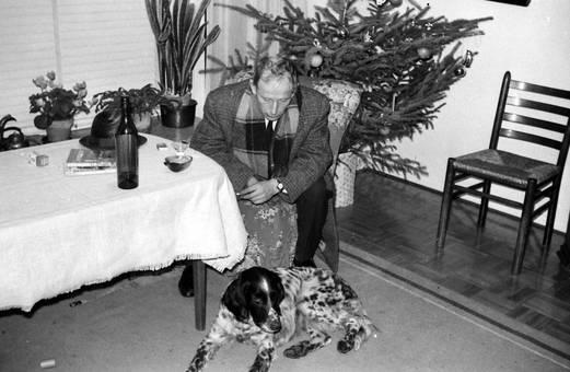 Mann mit Hund am Tisch