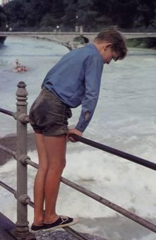 Junge am Fluss