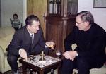 Zwei Männer trinken am Tisch