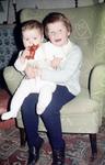 Zwei Kinder auf dem Sofa