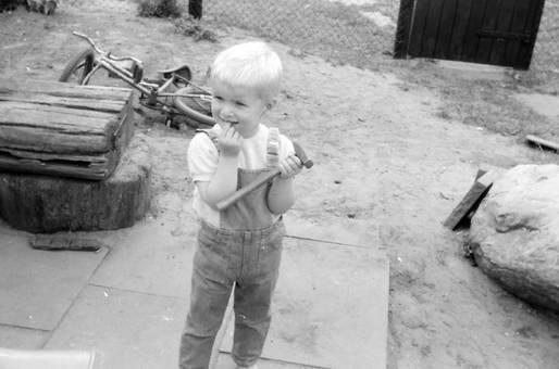 Kind mit kleinem Hammer