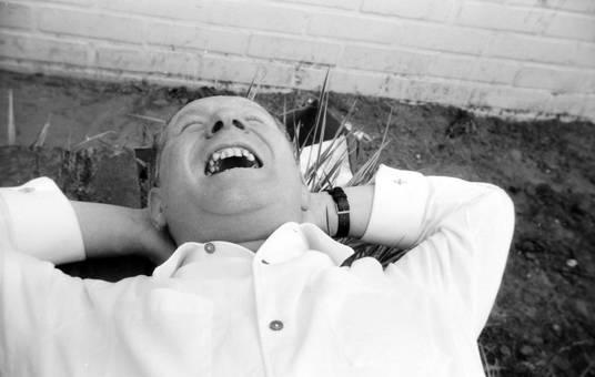 Lachender, liegender Mann