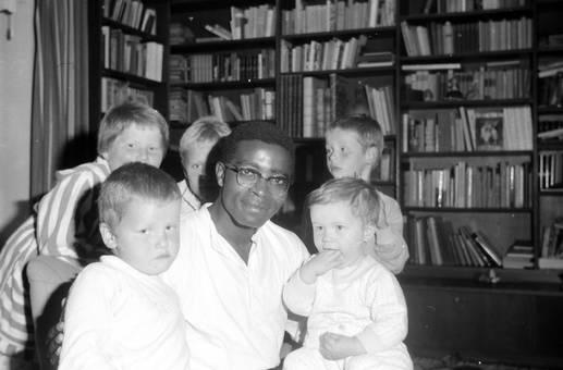Mit Kindern vor Bücherregal