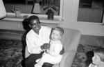 Mann mit Kind auf dem Sofa
