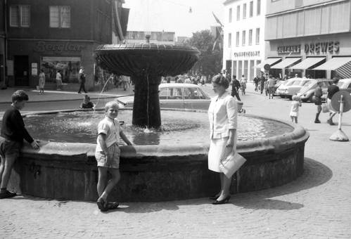Vor dem Brunnen