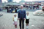 Mann mit zwei Kindern