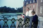 Zwei Kinder an einer Brücke