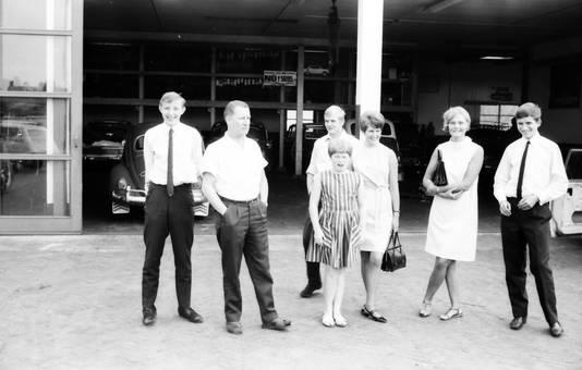 Gruppe am Autohaus